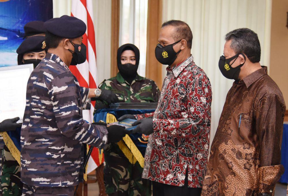 Dankodiklat TNI AL Berikan Tali Asih, Tunjangan Babinpotmar dan Brevet