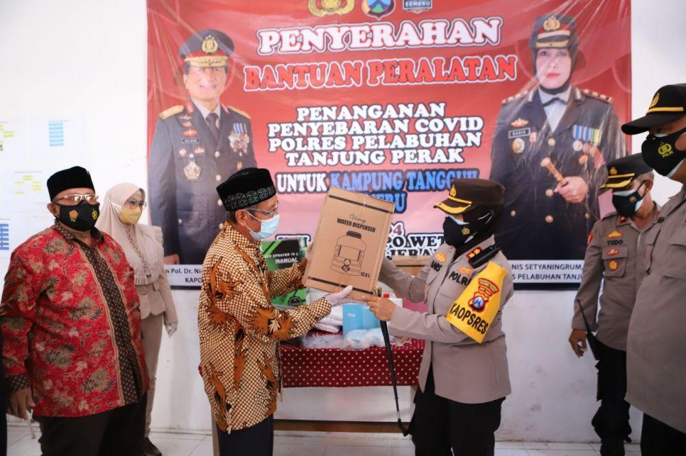 Kapolres Tanjung Perak Bagi Alat Kelengkapan Penanganan Covid-19