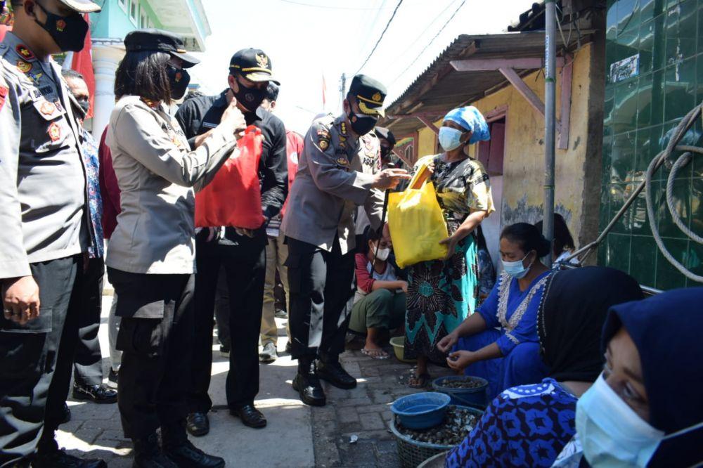 Kapolresta Sidoarjo Bagi Bansos Sembako dan Bendera Merah Putih
