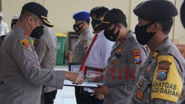 Kapolres Sampang Berikan 10 Piagam Lomba Penanganan Peristiwa Pidana