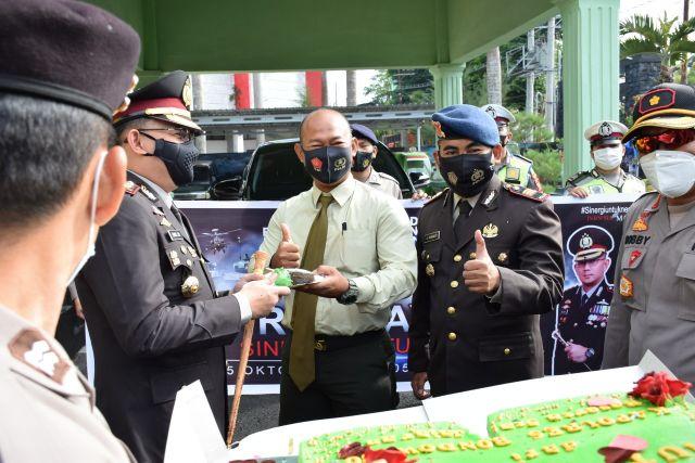 Kapolres Bondowoso Berikan Surprise Dandim 0822 di HUT TNI ke-75