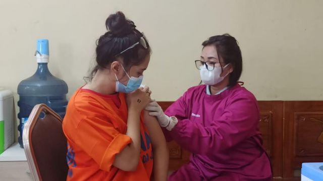 Gelar Vaksin, Dittahti Polda Jatim Putus Sebaran Covid dalam Tahanan