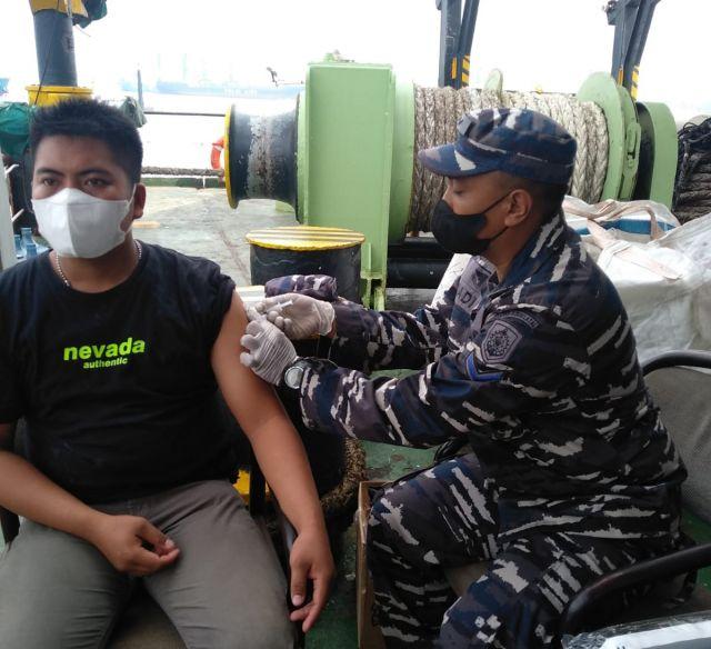 HUT TNI ke-76 Kodiklatal Gelar Serbuan Vaksin Masyarakat Maritim