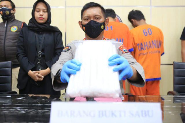 Ditresnarkoba Polda Jatim Ringkus 2 Kurir Narkoba dari Malaysia