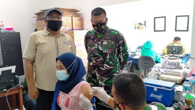Posramil 13 Sukseskan Serbuan Gerilya Vaksin di PT. Garam