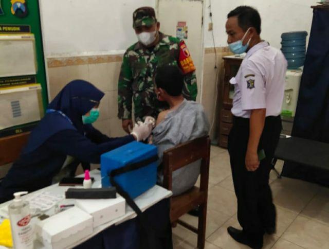 Babinsa Kelurahan Perak Timur Dampingi Vaksin Warga Binaan